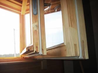 тут надежно утеплили старые деревянные окна